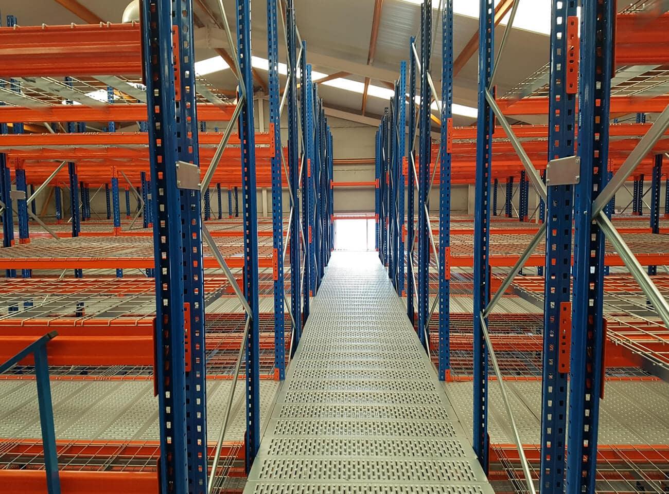 Estanterías industriales con pasillos elevados