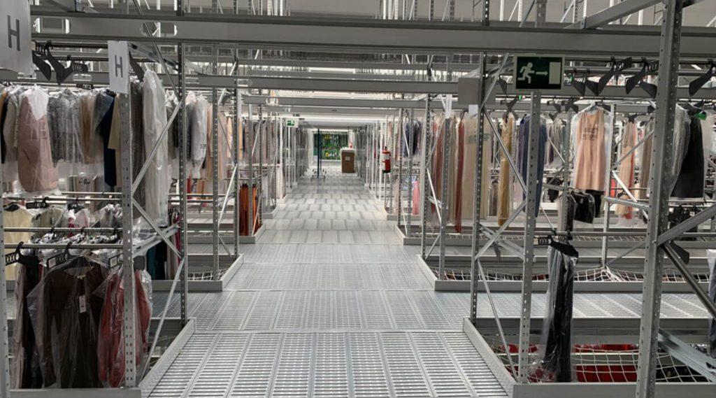 estantería picking para prendas colgadas